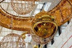 Bola de la Navidad del oro y otras decoraciones en centro comercial foto de archivo libre de regalías