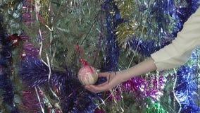 Bola de la Navidad del tacto de la muchacha, solamente manos metrajes