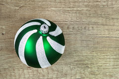 Bola de la Navidad del vidrio verde en un fondo de madera ligero Imagen de archivo
