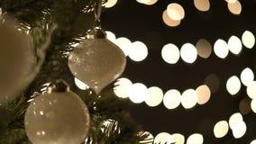 Bola de la Navidad en el árbol de navidad almacen de video