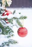 Bola de la Navidad en el árbol de navidad en la nieve Fotos de archivo