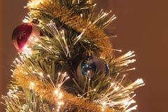 Bola de la Navidad en el pinetree Fotografía de archivo