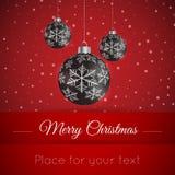 Bola de la Navidad en fondo del invierno con nieve y copos de nieve Fotos de archivo libres de regalías