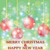 Bola de la Navidad en fondo y copos de nieve verdes Imagen de archivo libre de regalías