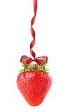Bola de la Navidad en la forma de la fresa aislada en la parte posterior del blanco imágenes de archivo libres de regalías