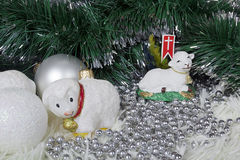 Bola de la Navidad en la forma de ovejas blancas Imágenes de archivo libres de regalías