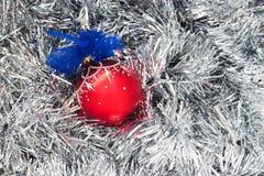 Bola de la Navidad en la malla Imagen de archivo