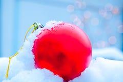 Bola de la Navidad en nieve Foto de archivo libre de regalías