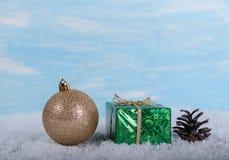 Bola de la Navidad en un fondo azul claro Foto de archivo