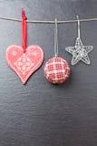 Bola de la Navidad, estrella plateada y un corazón rojo Fotos de archivo