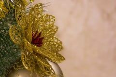 Bola de la Navidad que cuelga en el árbol de navidad Fotos de archivo libres de regalías