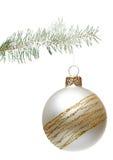 Bola de la Navidad que cuelga en un abeto, aislado Foto de archivo libre de regalías
