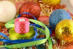 Bola de la Navidad, tarjeta de la invitación del Año Nuevo, arco verde Imagenes de archivo