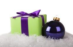 Bola de la Navidad y caja de regalo Fotos de archivo libres de regalías