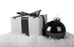 Bola de la Navidad y caja de regalo Imagen de archivo