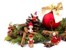 Bola de la Navidad y figuras de madera rojas Fotos de archivo libres de regalías