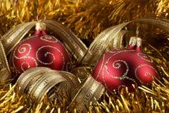 Bola de la Navidad y hoja de oro rojas Foto de archivo