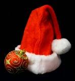 Bola de la Navidad y sombrero de Santa s Foto de archivo libre de regalías