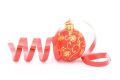 Bola de la Navidad y una cinta Foto de archivo