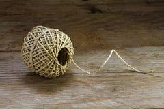 Bola de la textura y de los filamentos de la secuencia en un backgroun de madera rústico imagen de archivo libre de regalías