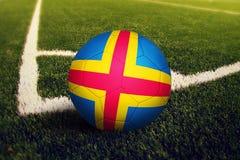 Bola de las islas de Aland en la posici?n del retroceso de la esquina, fondo del campo de f?tbol Tema nacional del f?tbol en hier imagenes de archivo