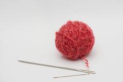 Bola de las lanas con la aguja Fotografía de archivo libre de regalías