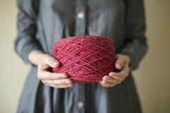 Bola de las lanas en los brazos Fotos de archivo
