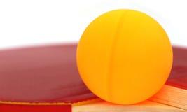 Bola de los tenis de mesa con el palo Imágenes de archivo libres de regalías