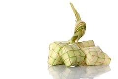 Bola de masa hervida del arroz de Ketupat en el fondo blanco Imagen de archivo libre de regalías