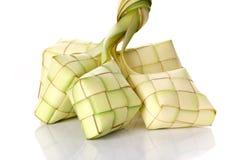 Bola de masa hervida del arroz de Ketupat en el fondo blanco Imágenes de archivo libres de regalías