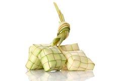 Bola de masa hervida del arroz de Ketupat en el fondo blanco Imagenes de archivo