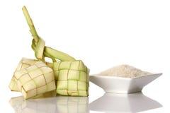Bola de masa hervida del arroz de Ketupat y arroz aislados en blanco Fotos de archivo