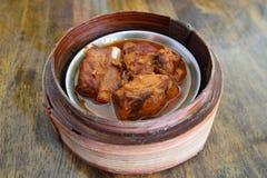 Bola de masa hervida del cerdo del vapor en la cesta de bambú Imagen de archivo