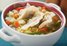 Bola de masa hervida y sopa de fideos chinas Fotografía de archivo