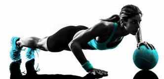 A bola de medicina da aptidão da mulher exercita a silhueta Fotografia de Stock Royalty Free