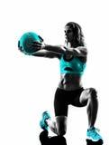 A bola de medicina da aptidão da mulher exercita a silhueta Foto de Stock Royalty Free