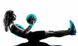 A bola de medicina da aptidão da mulher exercita a silhueta Fotografia de Stock