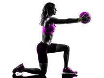 A bola de medicina da aptidão da mulher exercita a silhueta Fotos de Stock