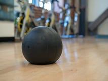 Bola de medicina en un estudio del ejercicio imagen de archivo libre de regalías