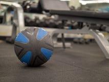 Bola de medicina não marcado no gym imagens de stock