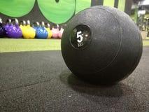 Bola de medicina no gym fotos de stock