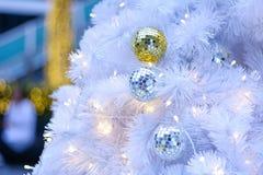 Bola de Navidad, llevada y bokeh Fotos de archivo libres de regalías