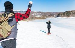 Bola de neve dos pares que luta e que tem o divertimento Fotografia de Stock