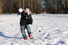 Bola de nieve que lanza del muchacho Foto de archivo