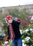 Bola de nieve que lanza del muchacho Imagenes de archivo