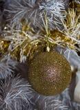 Bola de oro brillante del Año Nuevo en el árbol Fondo Imagenes de archivo