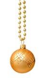 Bola de oro colgante de la Navidad aislada Foto de archivo