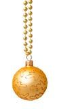 Bola de oro colgante de la Navidad aislada Imagen de archivo