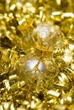 Bola de oro de la decoración de la Navidad Imagen de archivo libre de regalías