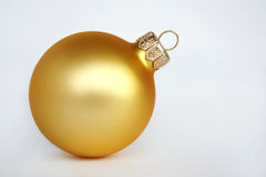 Bola de oro de la Navidad Imágenes de archivo libres de regalías